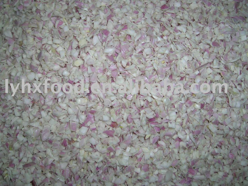Лук-шалот IQF нарезать кубиками, 3мм, 6мм, 10мм, или по мере необходимости, обработать из свежего сырья, без каких-либо добавок.