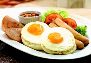 BREAKFAST OF a deli muffin, 2 eggs sunny side up, 2 turkey hams, 2 chicken sausages & baked bean